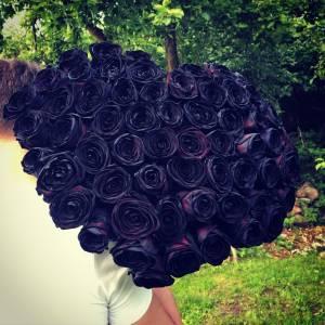 Сердце 75 черных роз с лентами R839