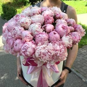 Шляпная коробка 45 розовых пионов с оформлением R778