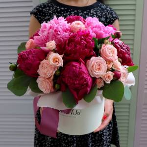 Композиция с темными пионами и розами кустовыми R793