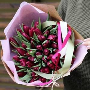 Букет 29 сиреневых тюльпанов в крафте R968