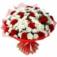 Хризантема и красные розы с упаковкой R185
