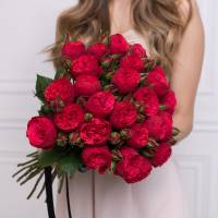 Букет 15 красных кустовых пионовидных роз с лентами R73