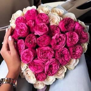 Красивое сердце из пионовидных роз R443