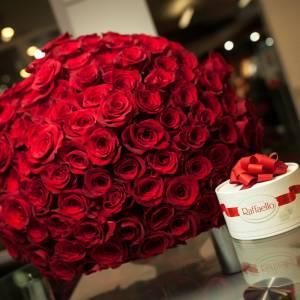 Букет 101 красная роза и коробка Рафаэлло R460
