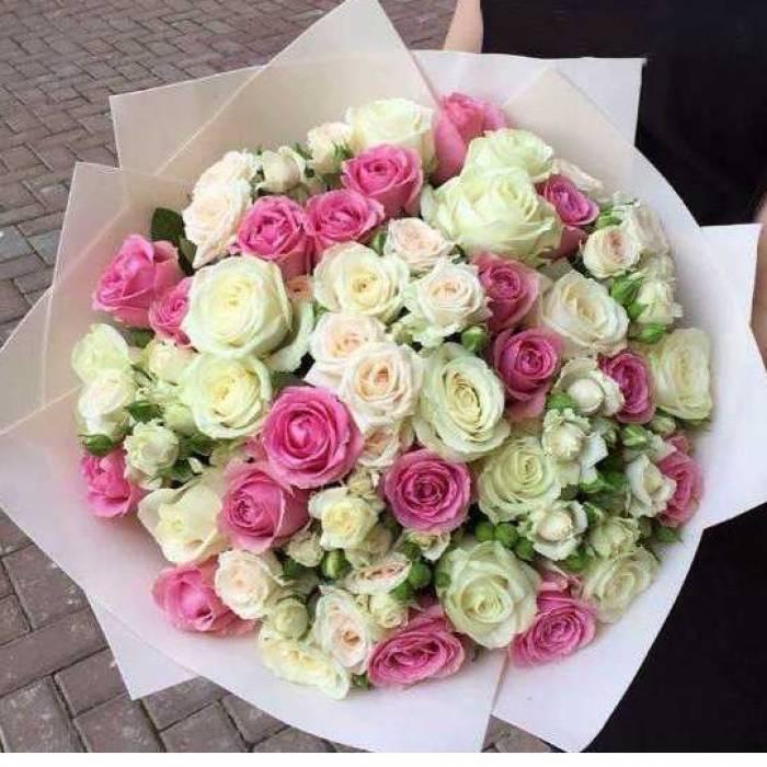 Сборный букет с белыми розами в крафте R500