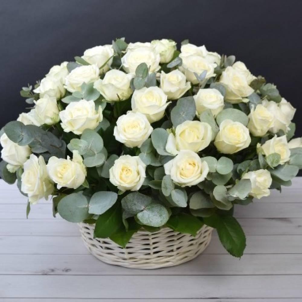 Букет белых роз в корзине картинки